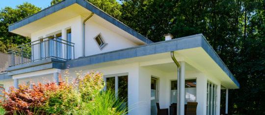 Construction de maison contemporaine à toit plat