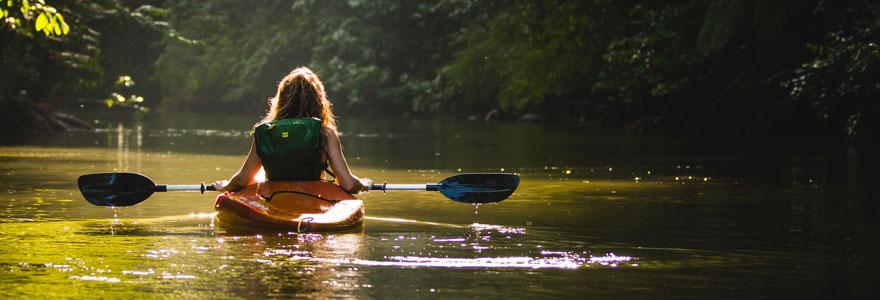 femme sur un kayak